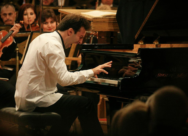 Vassilis Varvaresos (Greece) tridt prize to piano contest